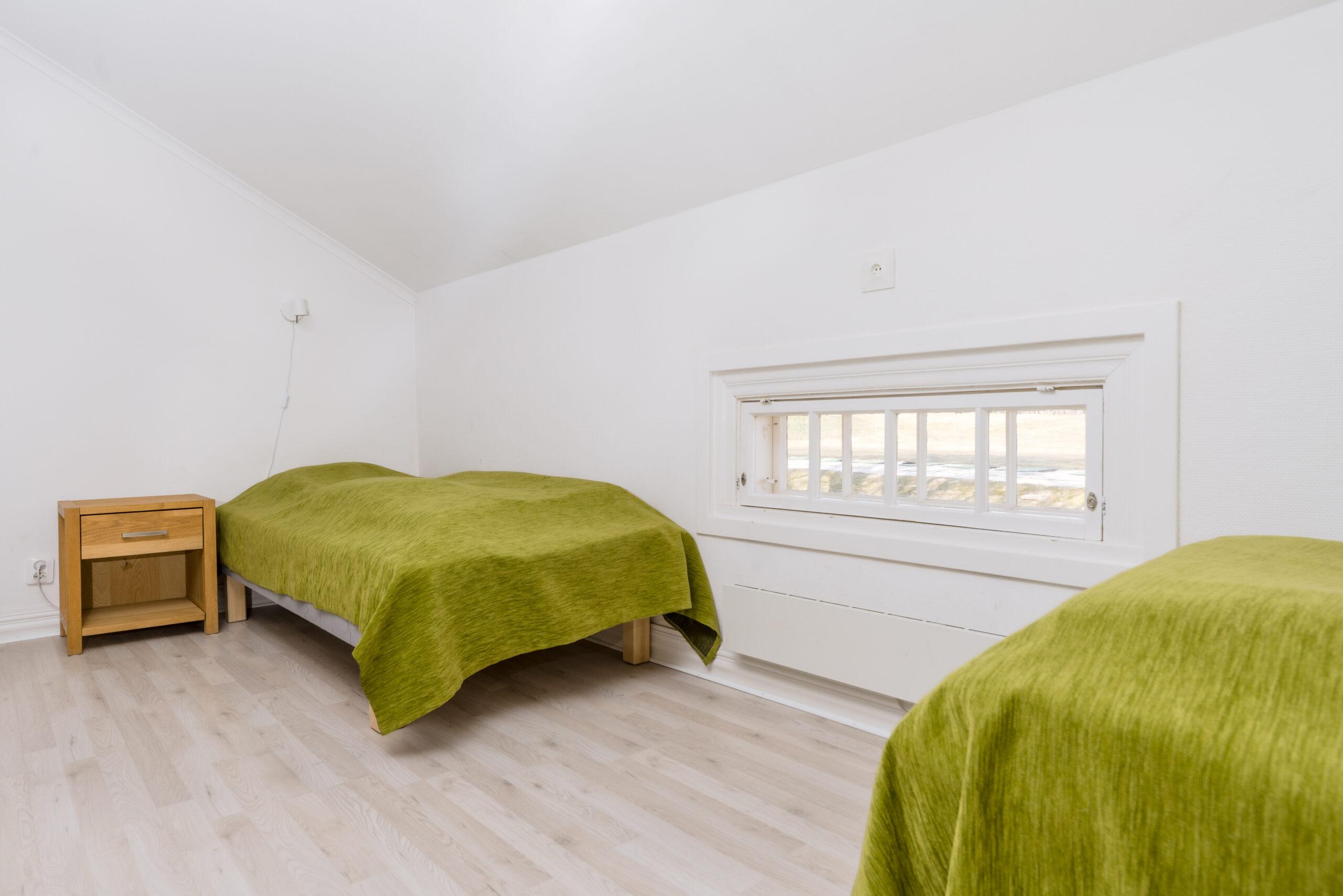 Sängar i vardagsrum gul lägenhet